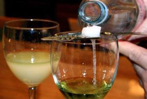 Как пьют абсент, чем его закусывают