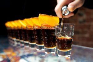 Как и чем закусывают крепкие спиртные напитки в разных странах