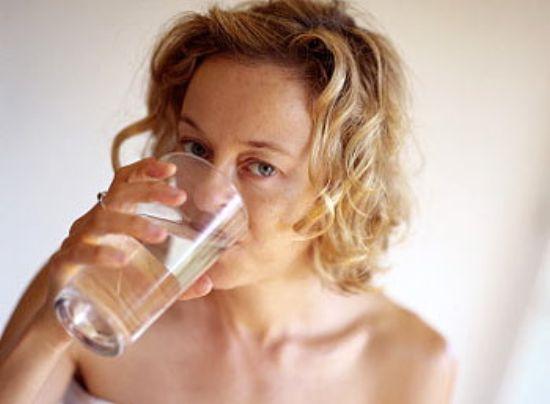 Почему после алкоголя с похмелья хочется пить: сушняк во рту, как избавиться, что помогает